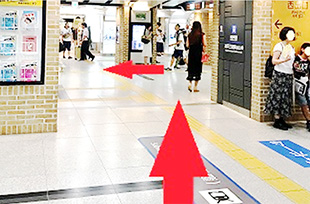 西出口を出て、矢印の方向にお進みください。